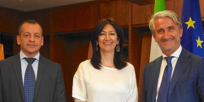 Lorenzo Primultini (left) is no longer president of Acimall. Luigi De Vito (right) takes over this position with immediate effect for the next three years, with the active support of Marianna Daschini (center). Photo: Acimall