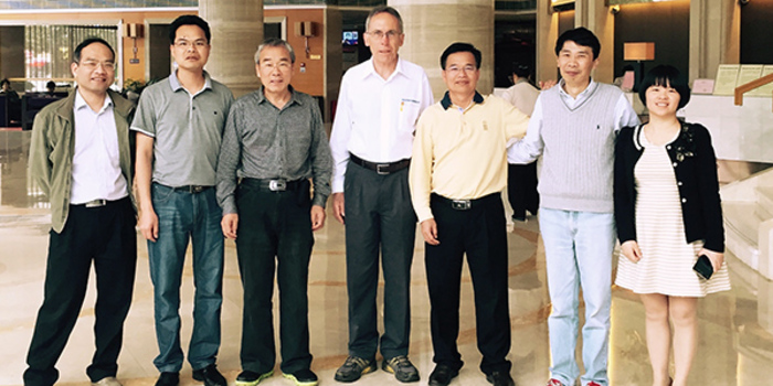 Vertragsunterzeichnung bei Guangxi Hengxian Xin Weilin. Von links: Huang Rongsheng (Dieffenbacher Beijing), Lu Daoyi (Project Manager, Guangxi Hengxian Xin Weilin), Zheng Fengshan (Chief Engineer, Guangxi Hengxian Xin Weilin), Georg Rahm (Sales Manager, Dieffenbacher), Chen Zhengzhao (President, Guangxi Hengxian Xin Weilin), Liu Shouhua (Dieffenbacher Beijing) und Chen Shanshan (General Manager, Guangxi Hengxian Xin Weilin)