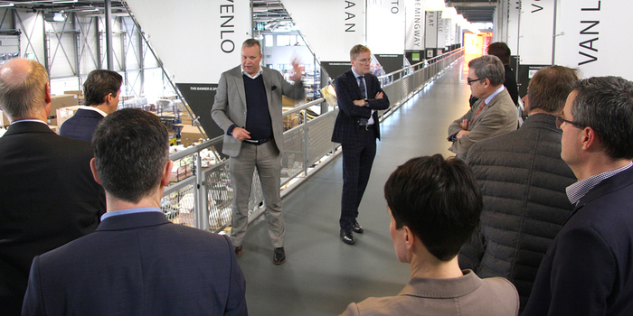 "VdDP-Vorstand zu Besuch im Leolux-Besucherzentrum ""Via Creandi"" in Venlo (Niederlande) – es führt René Nieuwendijk (International Sales & Marketing Director; 4.v.li.; Foto: FB Müller)."